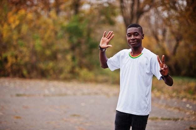 Hombre africano en camiseta deportiva de fútbol blanco del país de ghana áfrica.