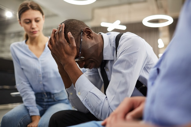 Hombre africano deprimido en terapia