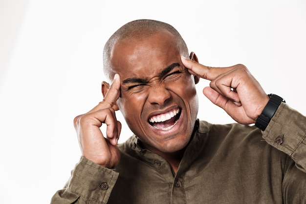 Hombre africano joven disgustado con dolor de cabeza