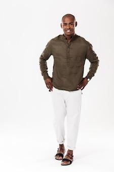 Hombre africano joven hermoso que se coloca aislado