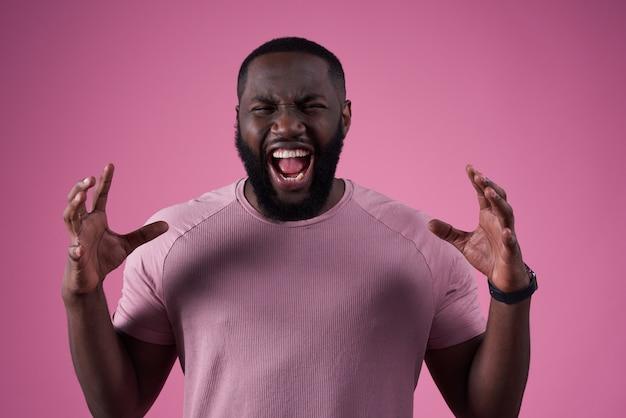 Hombre africano posando enojado