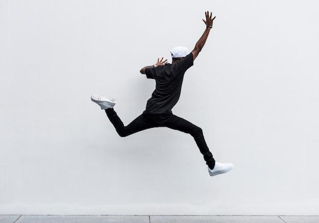 Hombre africano saltando