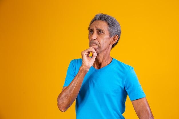 Hombre afro anciano pensativo tratando de recordar algo