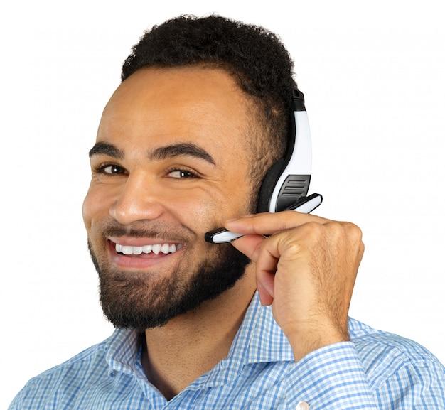 Hombre afroamericano en auriculares aislados blanco