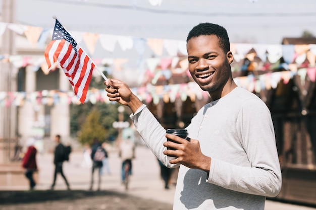 Hombre afroamericano con bandera de estados unidos en festival