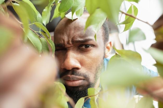 Hombre afroamericano buscando trabajo en lugares inusuales en su casa