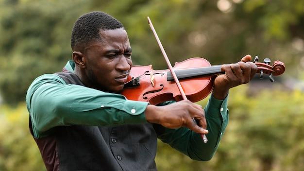 Hombre afroamericano celebrando el día internacional del jazz