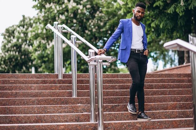 Hombre afroamericano en chaqueta azul