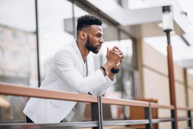 Hombre afroamericano en chaqueta blanca