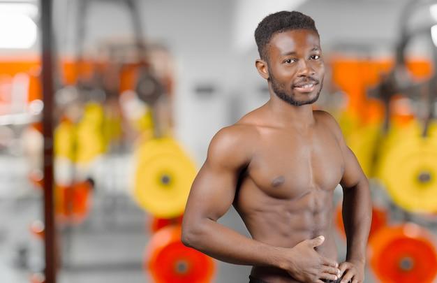 Hombre afroamericano dentro del gimnasio
