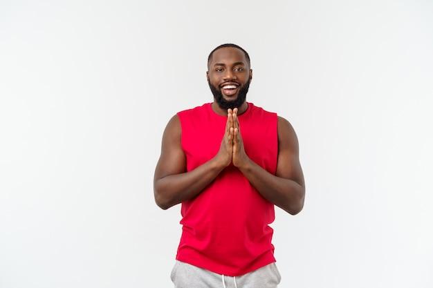 Hombre afroamericano del deporte joven que aboga por el aislante sobre gris.