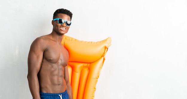 Hombre afroamericano disfrutando de vacaciones de verano con carroza
