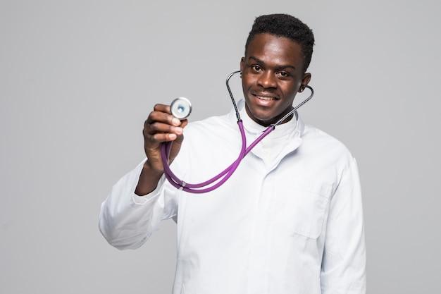 El hombre afroamericano del doctor negro con el estetoscopio aisló el fondo blanco.