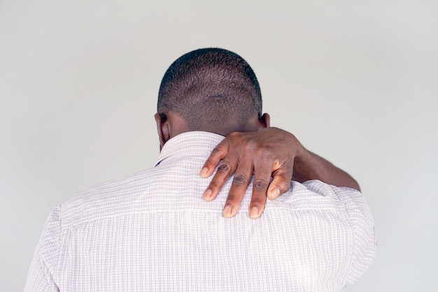 Hombre afroamericano con dolor en el hombro