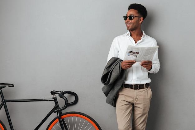 Hombre afroamericano elegante sonriente en gafas de sol