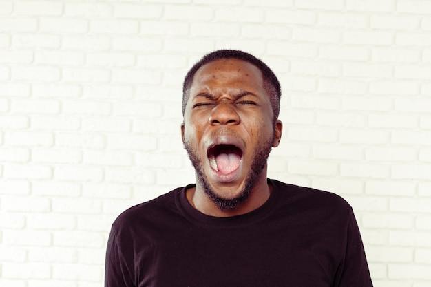 Hombre afroamericano enojado