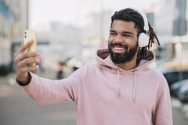 Hombre afroamericano feliz tomando una selfie