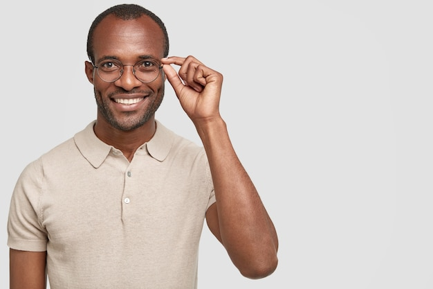 Hombre afroamericano con gafas redondas