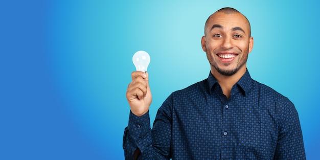 Hombre afroamericano joven que tiene una idea