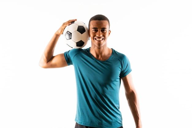 Hombre afroamericano del jugador de fútbol sobre blanco aislado