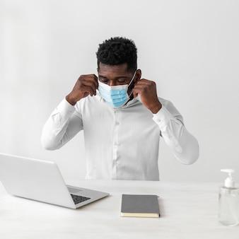Hombre afroamericano con máscara médica