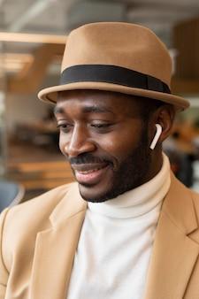 Hombre afroamericano moderno en una cafetería.