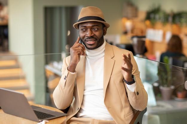 Hombre afroamericano moderno trabajando en un caffe