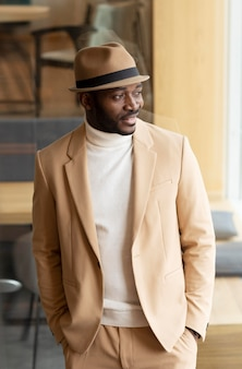 Hombre afroamericano moderno en traje beige