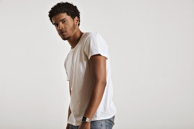 Hombre afroamericano musculoso sexy en camiseta blanca de algodón sin etiqueta girando hacia los lados