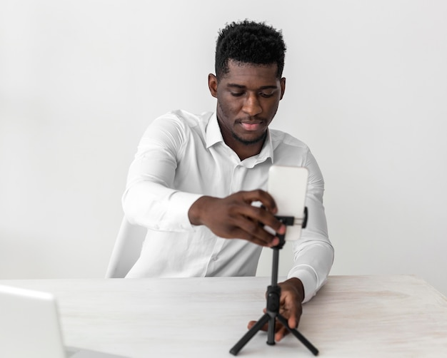 Hombre afroamericano de negocios listo para una videollamada