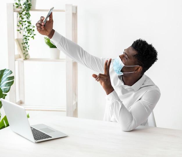 Hombre afroamericano de negocios tomando una foto del uno mismo