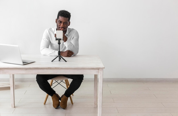 Hombre afroamericano de negocios con una videollamada