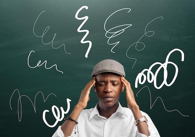 Hombre afroamericano pensativo perplejo