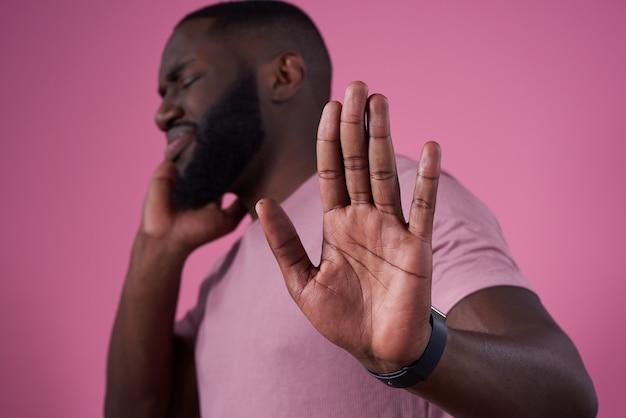 Hombre afroamericano posando rechazando.