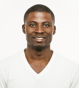 El hombre afroamericano positivo sonríe mirando la cámara.