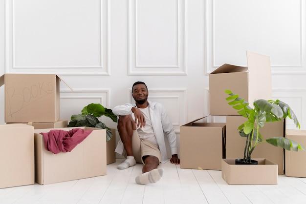 Hombre afroamericano preparando su nueva casa para mudarse