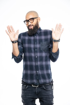 Hombre afroamericano que muestra la señal de pare con las palmas aisladas sobre una pared blanca