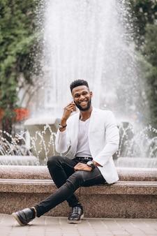 Hombre afroamericano que usa el teléfono