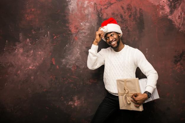 Hombre afroamericano con regalos de navidad