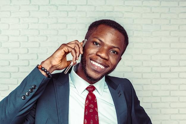 Hombre afroamericano con samrtphone