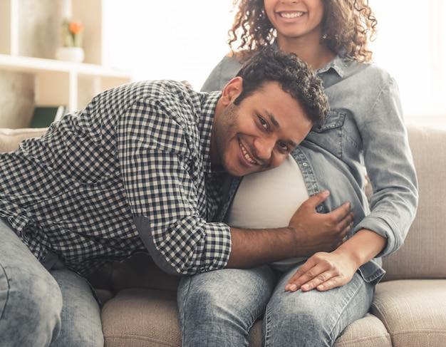 Hombre afroamericano y su bella esposa embarazada.