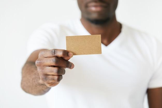Hombre afroamericano con tarjeta de visita vacía marrón