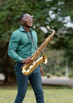 Hombre afroamericano tocando un instrumento en el día internacional del jazz