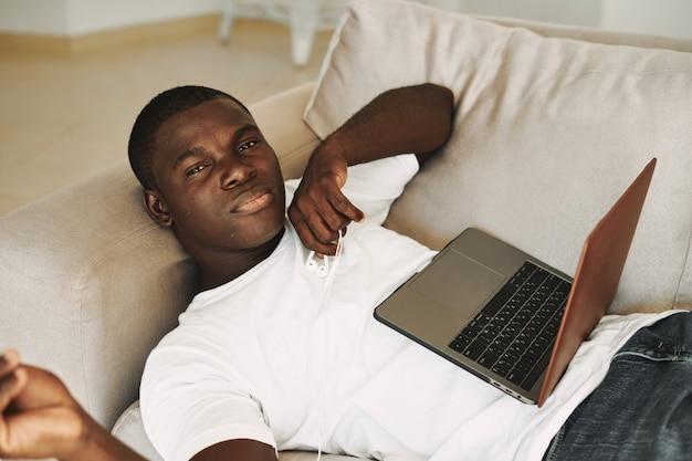 Hombre afroamericano trabajando en casa portátil independiente