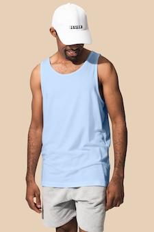 Hombre afroamericano vestido con camiseta blanca con gorra blanca