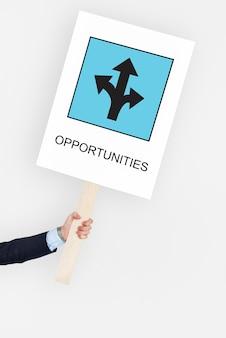 Hombre agarrado a un cartel con oportunidades