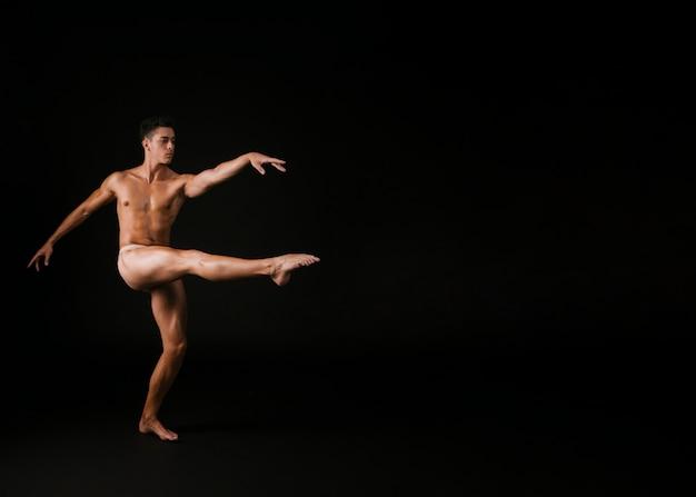 Hombre agraciado girando sobre una pierna