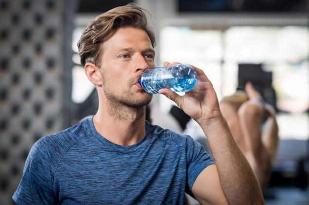 Hombre, agua potable