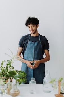 Hombre agua propagando sus plantas de interior