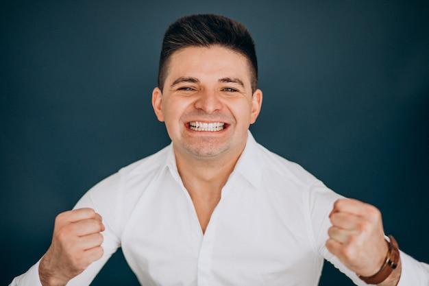 Hombre aislado mostrando emociones faciales